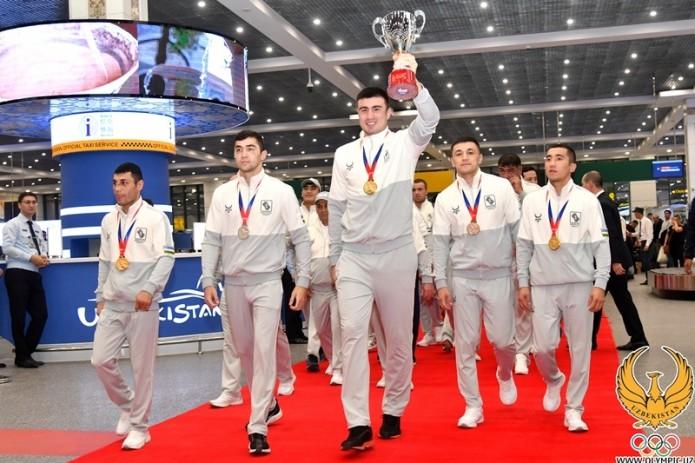 Чемпионов мира по боксу торжественно встретили в аэропорту