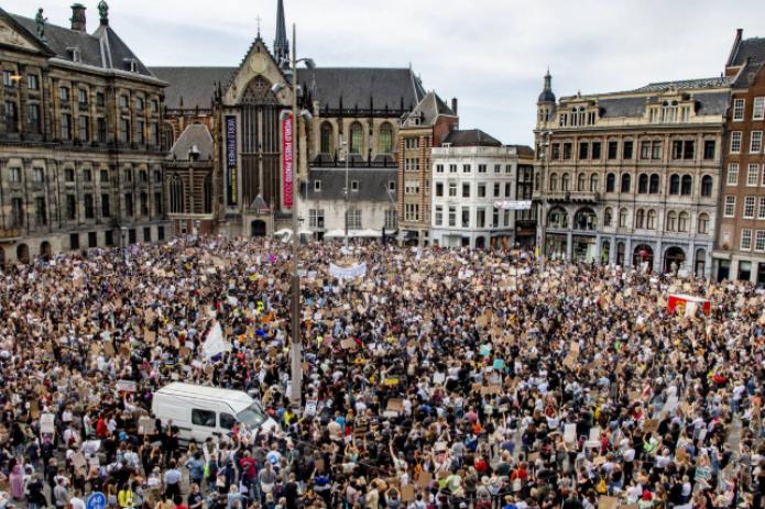 В Амстердаме тысячи людей вышли на улицы в поддержку протестов в США