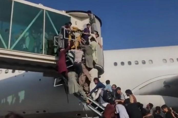 Хаос в аэропорту Кабула попал на видео