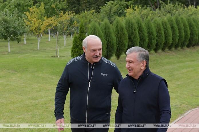 Шавкат Мирзиёев и Александр Лукашенко провели неформальную встречу и обменялись подарками