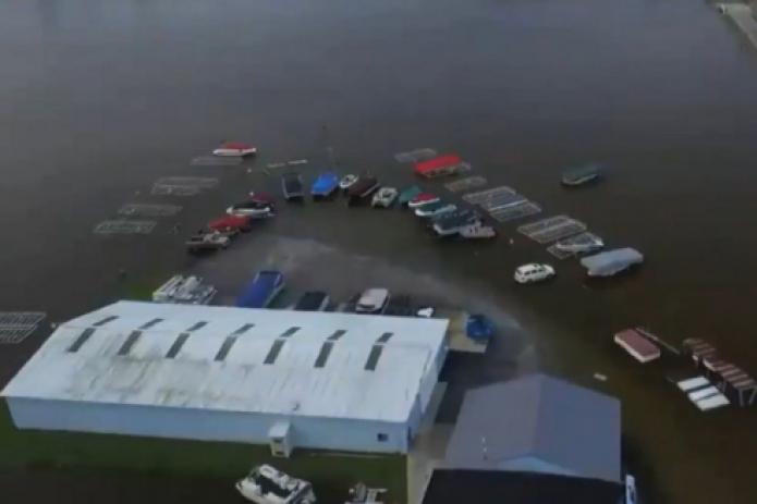В США прорвали две дамбы: эвакуировали 10 тыс. человек
