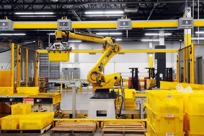 Amazon может заменить сотрудников складов машинами