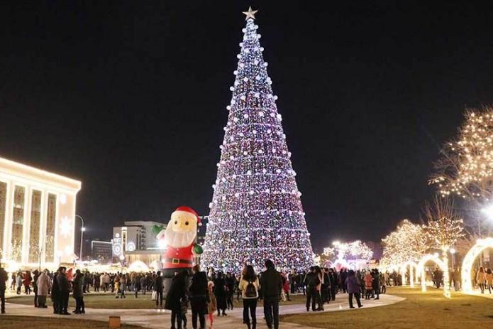 На столичной улице Истиклол устанавливают самую высокую новогоднюю ёлку