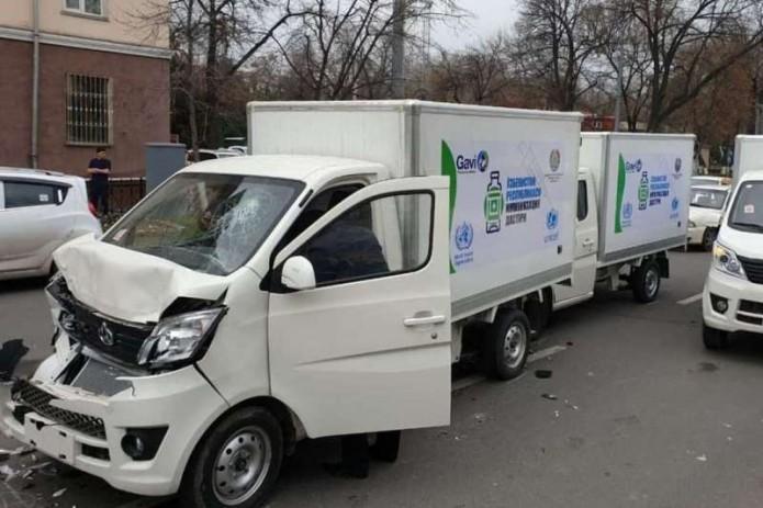 В Ташкенте столкнулись несколько автомобилей, предназначенных для перевозки вакцин