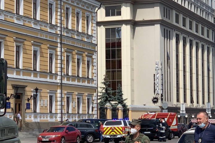 Гражданин Узбекистана захватил банк в Киеве и обещает его взорвать