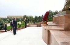 Президент возложил цветы к подножию Монумента независимости и гуманизма