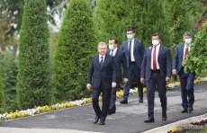 "Президент Шавкат Мирзиёев посетил сквер ""Шахидлар хотираси"""