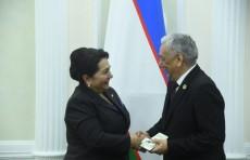Членам Сената Олий Мажлиса вручили удостоверения и нагрудные знаки