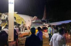 В Индии после неудачной посадки пассажирский самолет разломился пополам