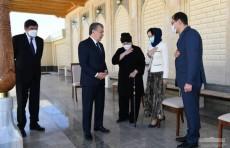 Шавкат Мирзиёев посетил мавзолей Мусы Ерниязова в Нукусе
