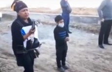 В Сурхандарье женщина с топором  попыталась защитить от сноса дом - видео
