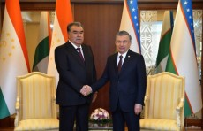 Шавкат Мирзиёев встретился с Эмомали Рахмоном в городе Ашхабаде